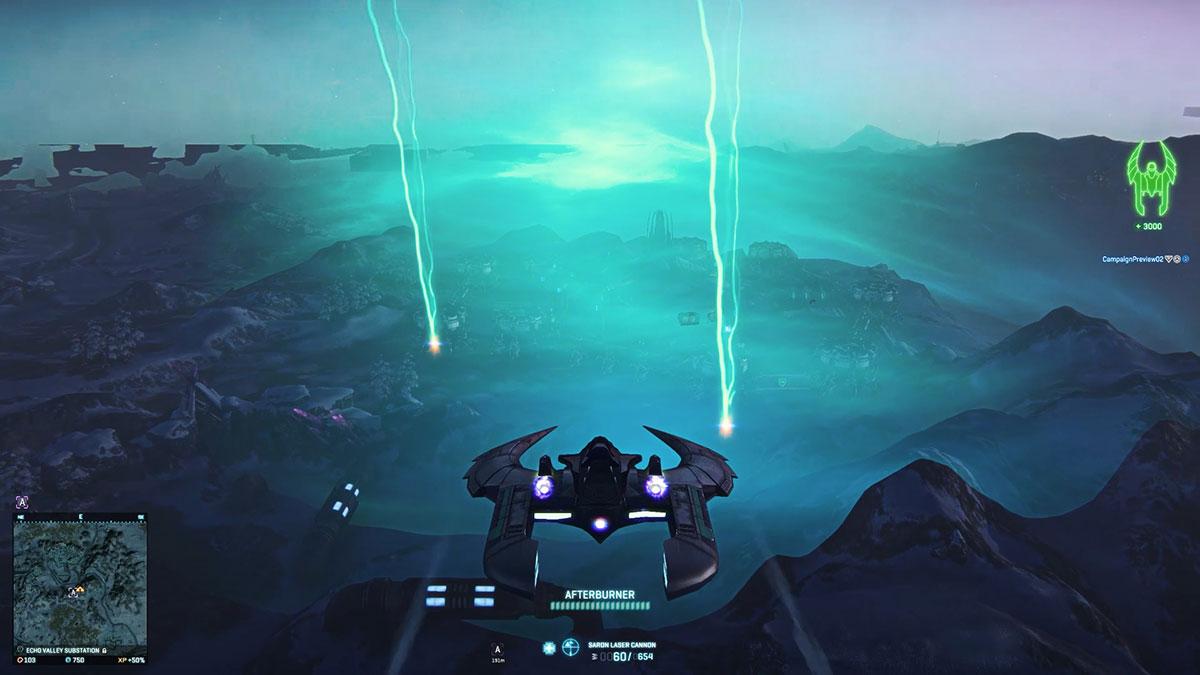 Una vista en tercera persona de un interceptor de guadaña mientras sobrevuela una tormenta.  Se ve una especie de contorno de geen brumoso, al igual que dos altos rayos verticales que caen sobre el suelo.
