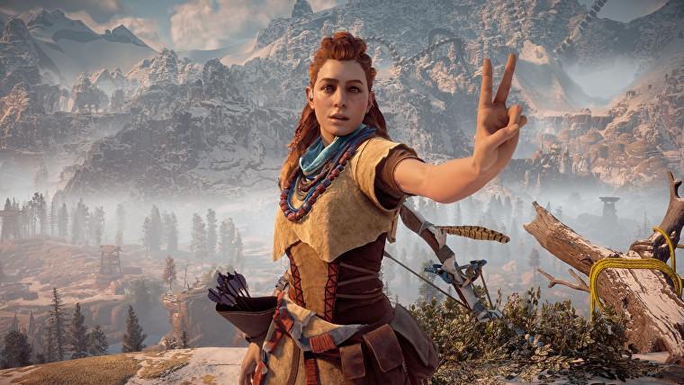 Una captura de pantalla de Aloy de Horizon Zero Dawn haciendo el signo de la paz en el modo de fotografía del juego.