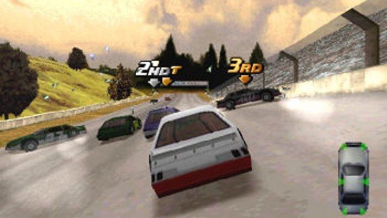 Una imagen de Destruction Derby 2 que muestra un auto de carreras rojo y blanco en medio de un grupo de otros autos de carrera.  Dos se han estrellado, con escombros volando sobre la pista, mientras que otros dos se dirigen hacia la línea de meta.