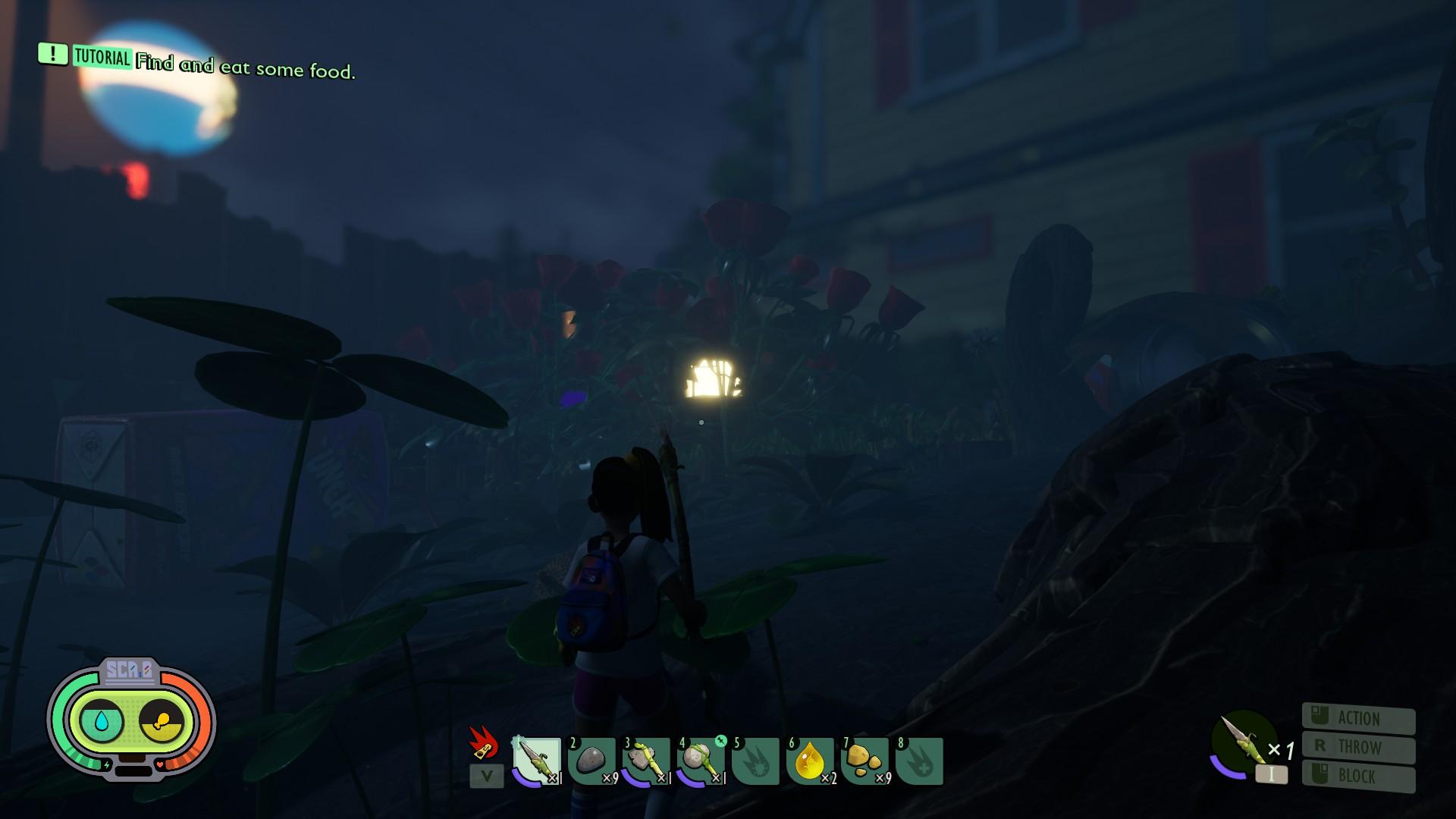 Una vista nocturna del jardín, con la casa visible en la distancia.  A media distancia hay una misteriosa fuente de luz.