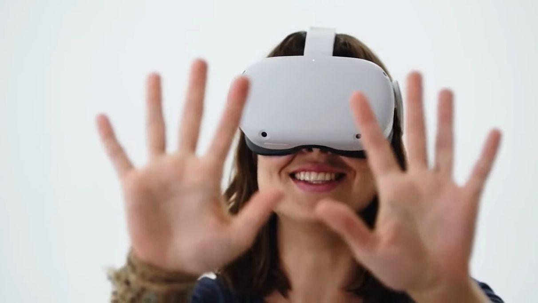 Una imagen de una mujer sosteniendo sus manos frente al Quest 2