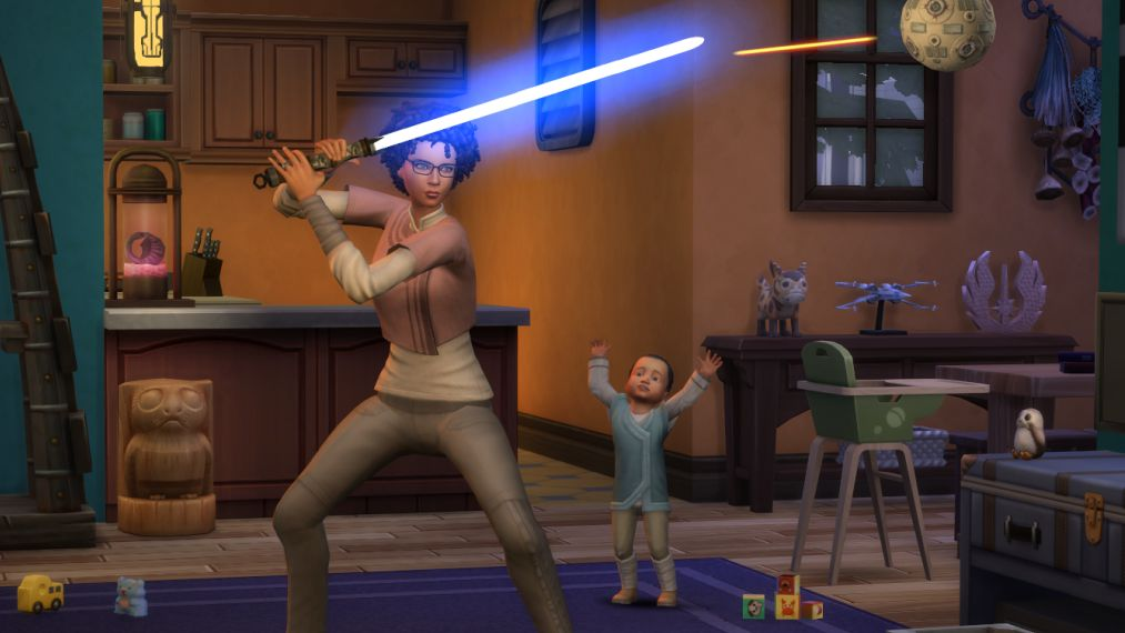 Una captura de pantalla promocional para Game Pack Los Sims 4 Star Wars: Journey To Batuu.  Una Sim está entrenando con un sable de luz azul, en su casa llena de adornos de Star Wars, mientras un niño pequeño observa.  Parece inseguro.
