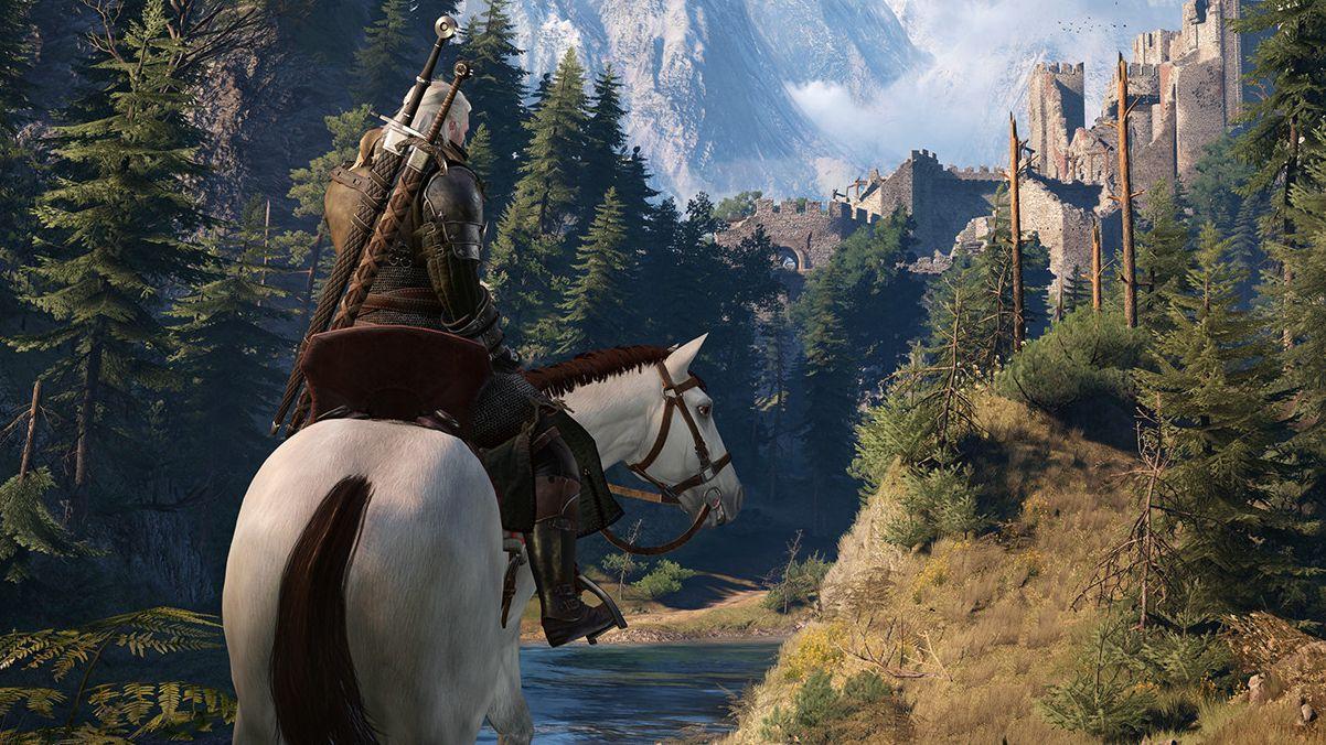 Una captura de pantalla de Geralt montando un caballo encantador (aunque estoy bastante seguro de que el de esta captura de pantalla no es Roach porque el caballo en esta captura de pantalla es blanco y Roach es bayo.