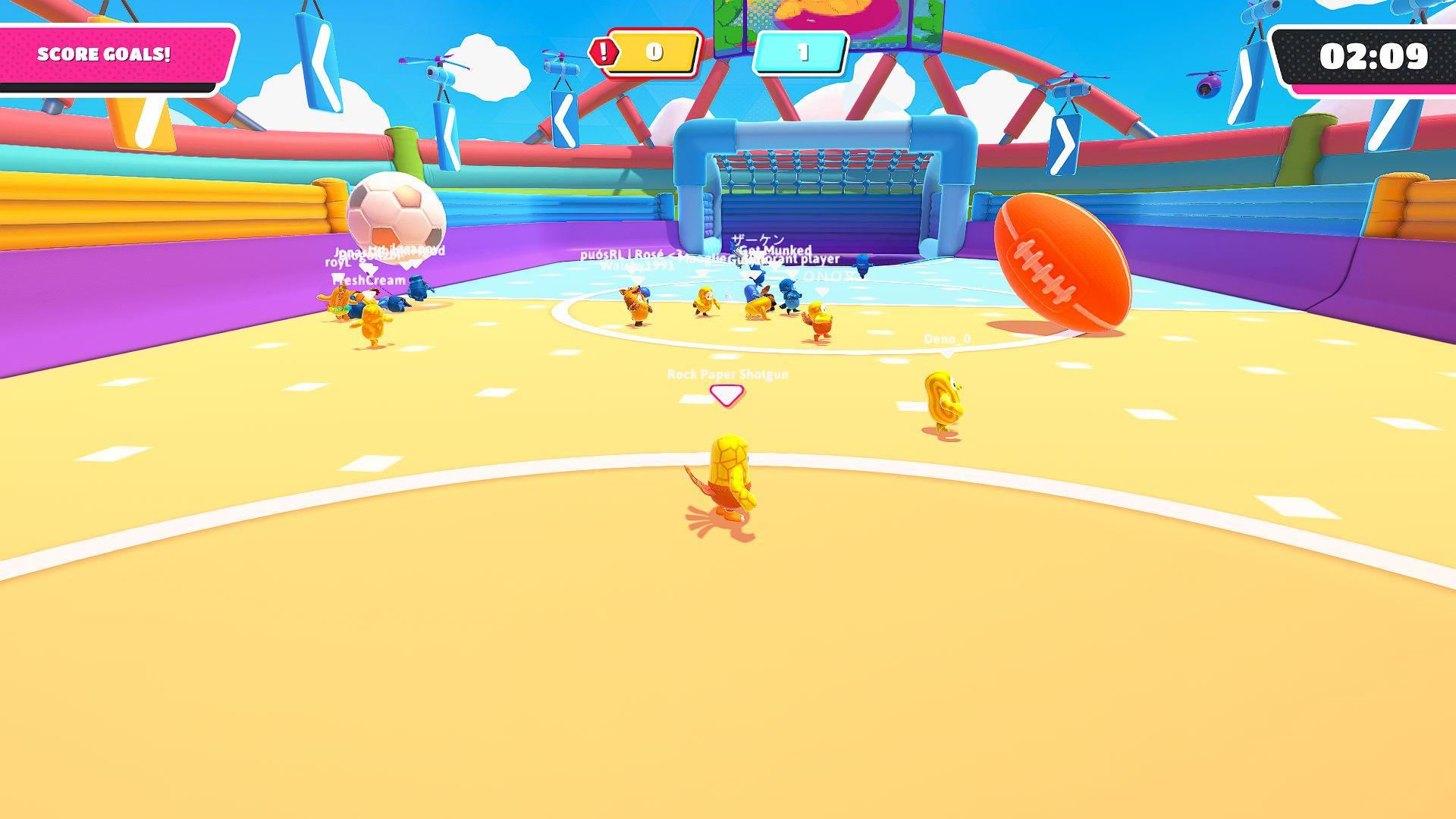 Captura de pantalla de Fall Guys donde una pelota de fútbol y una pelota de fútbol americano rebotan de manera incongruente alrededor de un campo