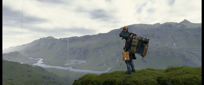 Una captura de pantalla ultra ancha del modo de fotografía de Death Stranding, que muestra a Sam Bridges sosteniendo su BB como Simba de El Rey León.