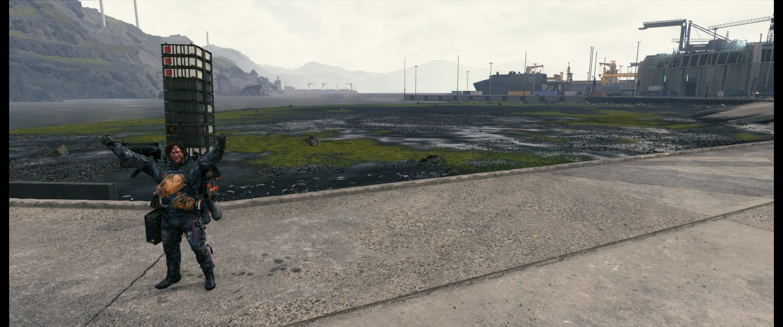 Una captura de pantalla ultra ancha de Sam Bridges posando con los brazos en alto en Death Stranding.