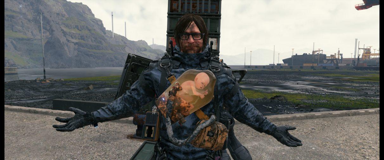 Una captura de pantalla ultra ancha de Sam Bridges luciendo presumido con los brazos extendidos después de una tensa y sucia batalla de jefes en el puerto de Death Stranding.