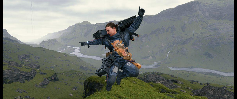 Una captura de pantalla de Sam Bridges saltando en el aire en la cima de una montaña mientras mira hacia el valle de abajo.