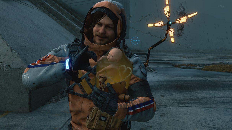 Una captura de pantalla de Death Stranding que muestra a Sam Bridge haciendo una forma de corazón con BB usando el modo de fotografía del juego.