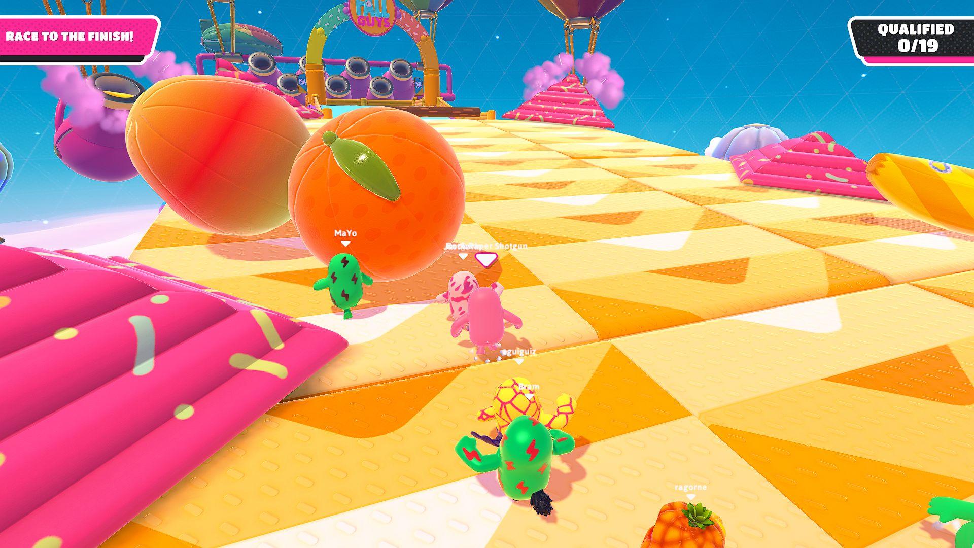 Captura de pantalla de Fall Guys donde las naranjas caen sobre Fall Guys