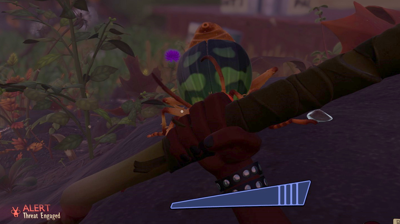 Vista en primera persona.  El jugador sostiene una lanza en posición defensiva, ocultando un enorme escarabajo atacante.