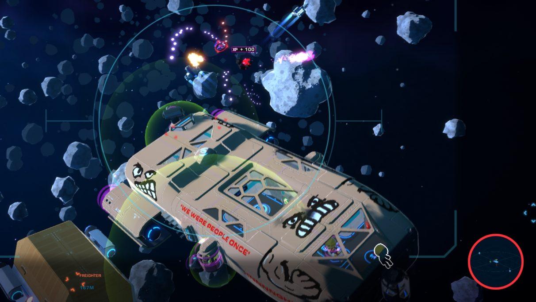 Una nave espacial color carne se acerca a través de un campo de asteroides perseguido por cazas alienígenas.  Tiene una cara que gruñe pintada en la parte delantera y una cara más pequeña, posiblemente incluso más enojada, que mira desde arriba del motor de estribor en la parte trasera.