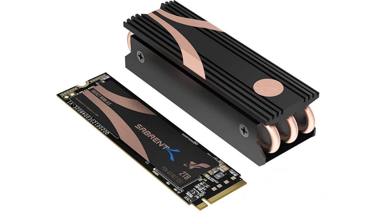 Una foto de la unidad Sabrent Rocket NVMe PCIe 4.0 con su disipador de calor adjunto.