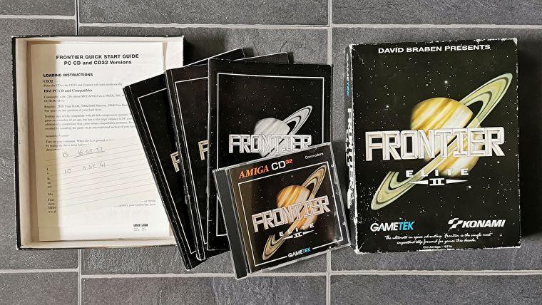 Una fotografía que muestra la muy querida caja de juego física Frontier: Elite III original de Craig