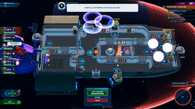 Vista de arriba hacia abajo del diseño del barco: algunos extraterrestres violetas se están infiltrando a bordo en la parte inferior izquierda, y el capitán corre desde el puente para dispararles.