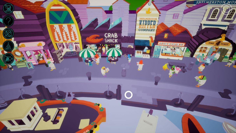 Una captura de pantalla que muestra el frente alejado del puerto de Shelmerston en I Am Dead.  El paseo marítimo está lleno de gente y la gente hace cola en las tiendas.  Muchas de las tiendas están basadas en pescado, incluidas Crab Shack, Shelmerston Kipper Company y Audrey's Seafood Bar