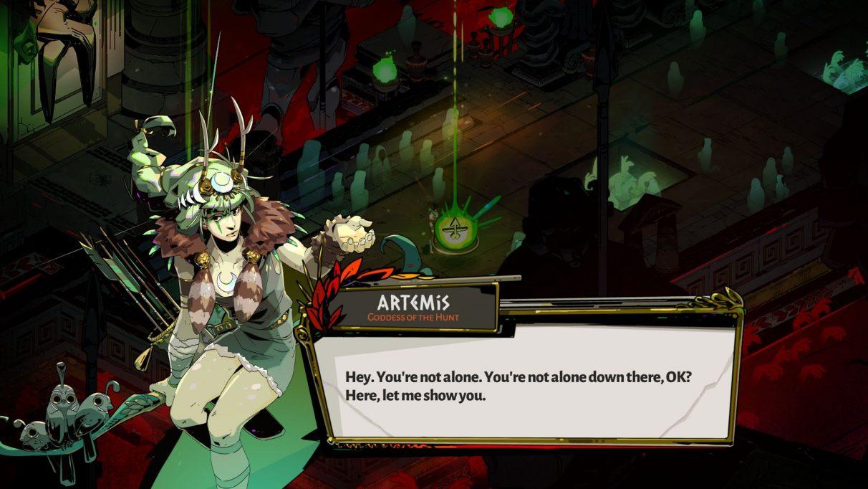 Una captura de pantalla de Zagreus hablando con Artemisa en el Hades.  Artemis es una mujer aparentemente joven que sostiene un arco y un carcaj, con la piel ligeramente teñida de verde y el cabello verde.  Lleva una túnica y un cuello de piel.