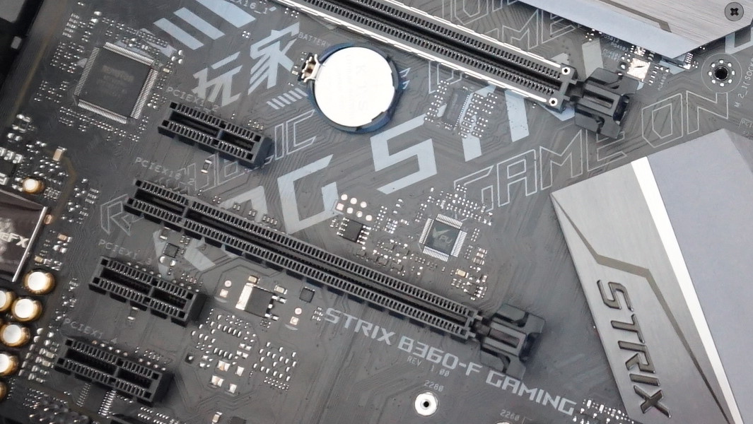 Una foto de primer plano que muestra el clip de seguridad PCIe en su placa base.