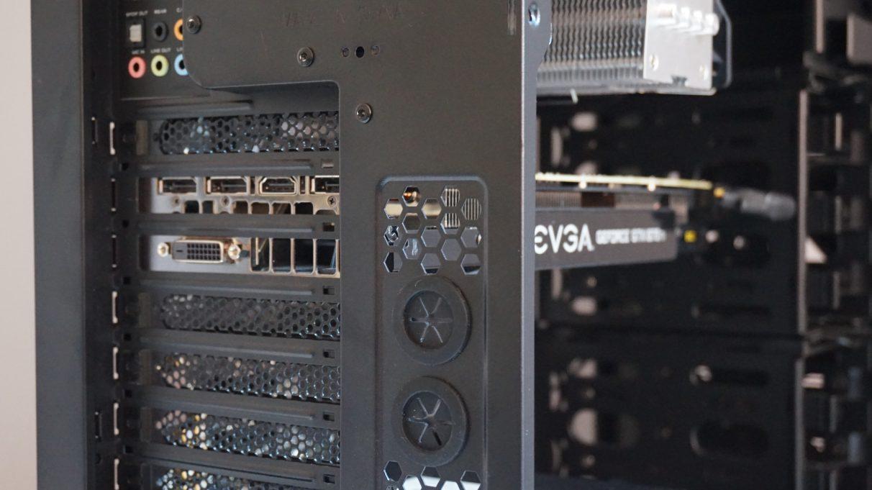Una foto que muestra los puertos de visualización de una tarjeta gráfica en la parte posterior de la carcasa de una PC.