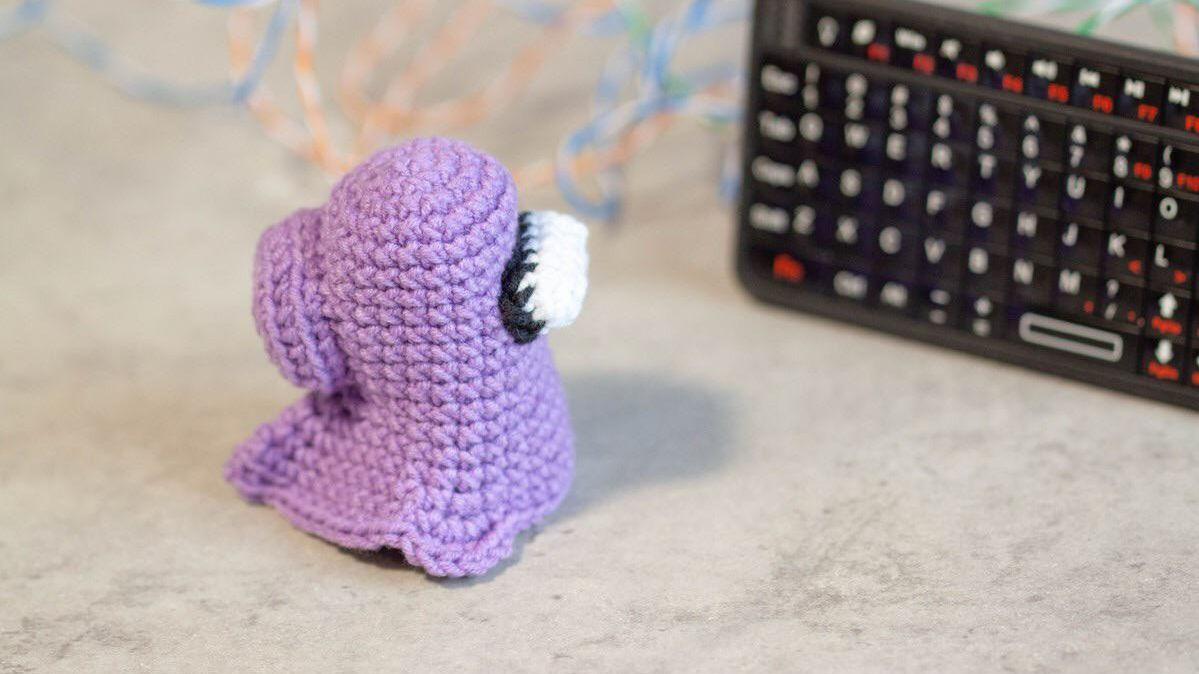 Una imagen de un pequeño fantasma de compañero de equipo de ganchillo morado, por el usuario de Reddit cupcatt