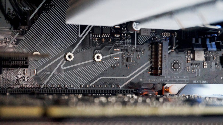 Una foto de una ranura M.2 en la placa base de una PC, que se requiere para usar SSD NVMe.
