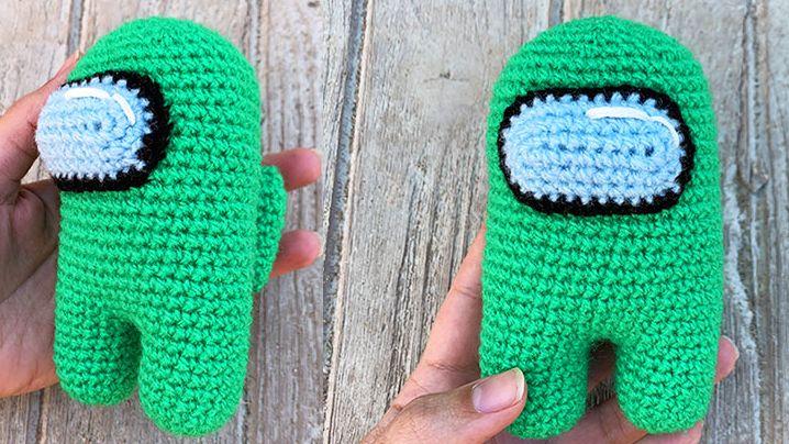 Una foto de un compañero de tripulación verde de tamaño mediano, tejido a ganchillo, del tamaño de una mano, por el usuario de Reddit miharu17