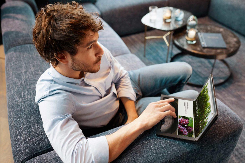 Un hombre contempla el vino en una foto de 'estilo de vida' del Lenovo ThinkPad X1 Fold.