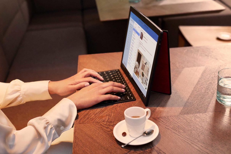 Disfrutando del café y el correo electrónico en una foto de 'estilo de vida' del Lenovo ThinkPad X1 Fold.
