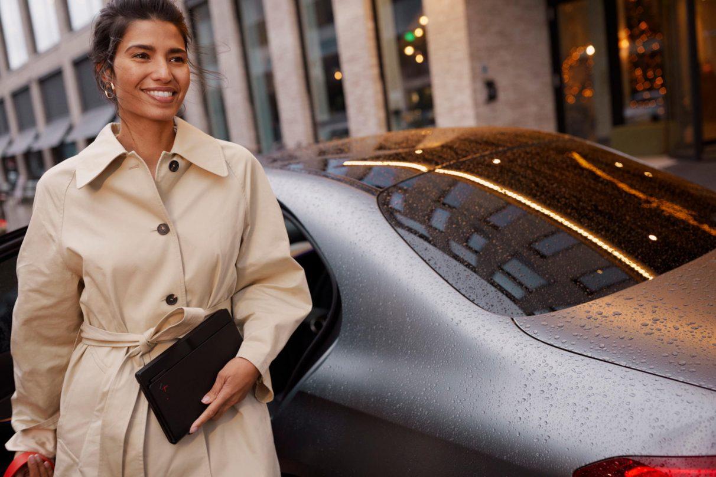 Una mujer tiene su Lenovo ThinkPad X1 Fold plegado listo para trabajar en cualquier lugar en una foto de 'estilo de vida'.